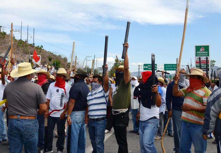 Maestros de Guerrero durante la toma de la Autopista del Sol, ayer. (Notimex)