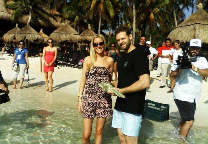 Los turistas aprovecharon la oportunidad para tomarse fotos con los famosos jugadores. (Redacción/SIPSE)