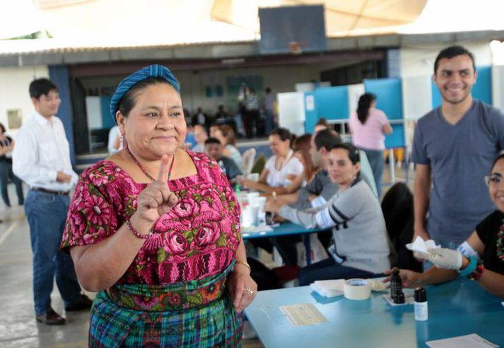 La líder indígena guatemalteca Rigoberta Menchú al emitir su voto durante las elecciones presidenciales de Guatemala. (EFE)