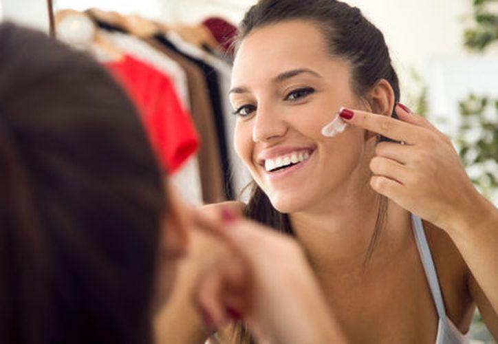 Las consecuencias de dormir maquillada no valen los cinco minutos de sueño que ganaste. (Milenio)