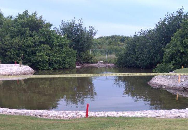 El cuerpo estaba flotando en este lago, dentro de un campo de golf. (Redacción/SIPSE)