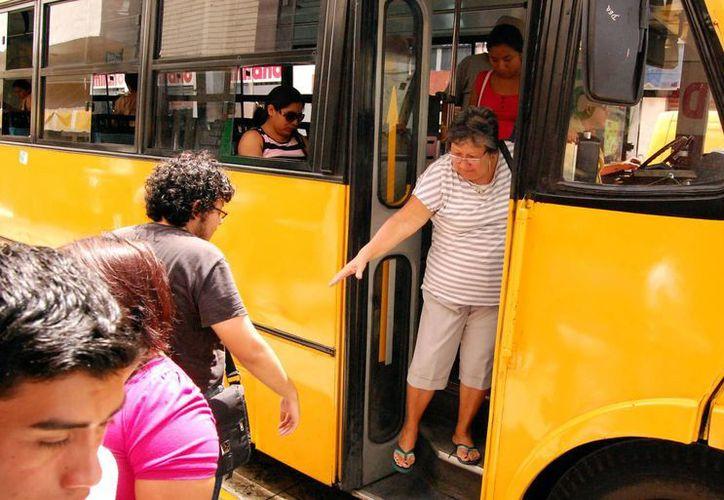 Invitan a los choferes de camiones a dar parada a los adultos mayores. (SIPSE)