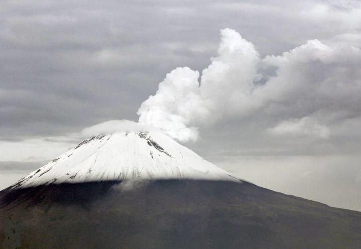 La actividad registrada durante las últimas 24 horas se encuentra dentro de los parámetros previstos para la Alerta Volcánica Amarillo Fase 2. Imagen del volcán Popocatépetl al emitir una exhalación. (Archivo/Notimex)