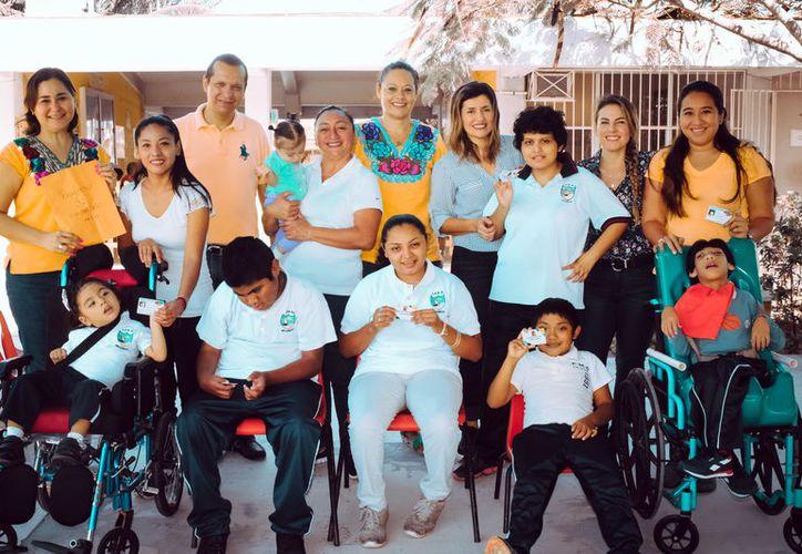 Entregan en  Centros de Atención Múltiple en Progreso la Credencial Nacional de Discapacidad y Tarjetas de Descuento en Transporte Público.(Foto: Milenio Novedades)