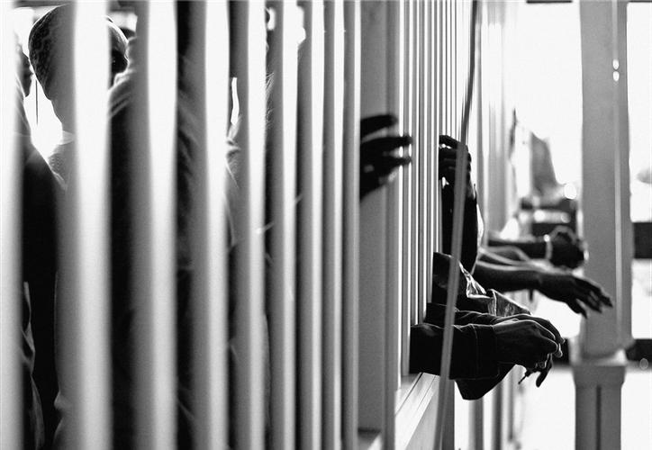 Incorrecta separación entre procesados y sentenciados, trato inadecuado y prepotente del personal, son algunas cosas que padecen los reos. (Foto: Internet).