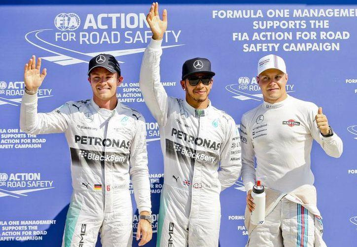 De i a d: El alemán Nico Rosberg, el británico Lewis Hamilton, y el alemán Valtteri Bottas, los pilotos que ocuparán mañana las primeras posiciones de la parrilla de salida del GP de Italia. (EFE)