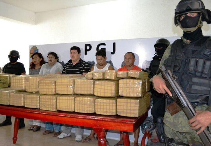 Decomiso de un cargamento de más de 400 kilogramos de marihuana oculta en el doble fondo de una camioneta en octubre. (Archivo Notimex)