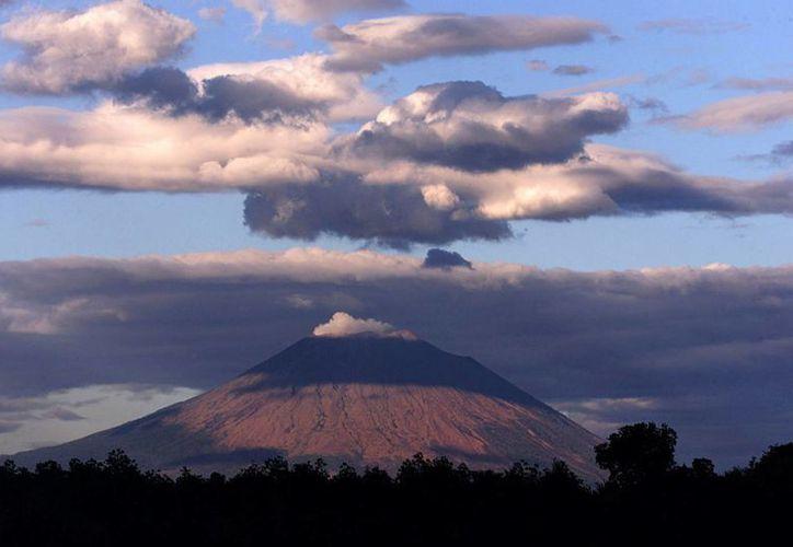 Foto de archivo del volcán Chaparrastique localizado en el departamento de San Miguel, a unos 160 kilómetros al sudeste de la capital salvadoreña. (EFE/Archivo)