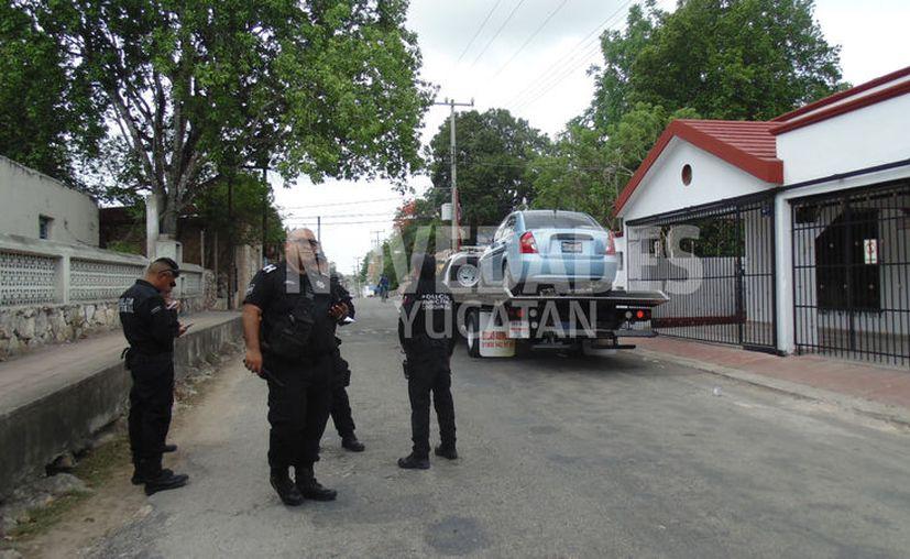 El vehículo del agresor fue levantado por una grúa. (Novedades Yucatán)