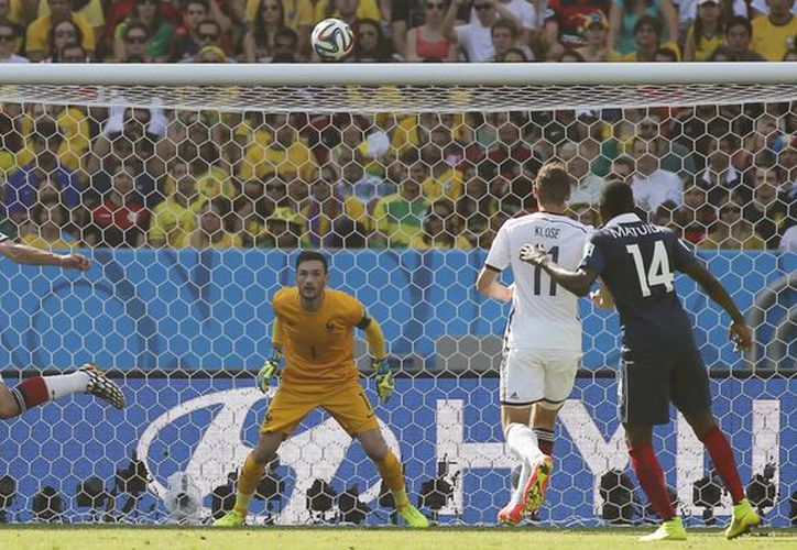 Mats Hummels (segundo desde la izquierda) cabeceó casi de espaldas para poder vencer la meta del arquero Hugo Lloris, en el partido Alemania vs Francia del Mundial.