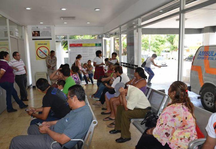 La mañana de ayer, más de 20 personas aguardaban su turno en el área de urgencias de la Clínica-Hospital del Issste. (Gerardo Amaro/SIPSE)