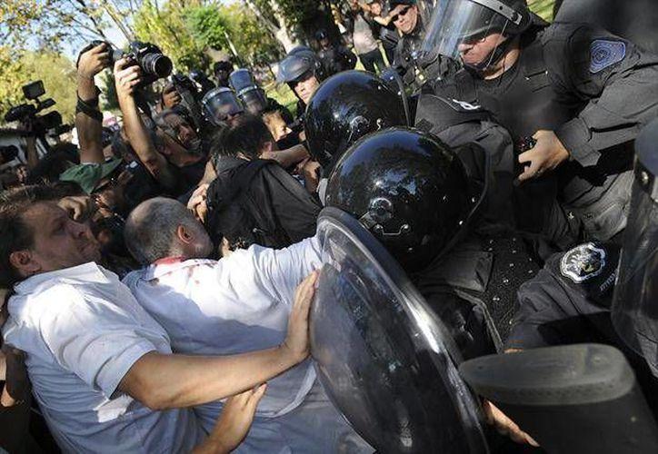 """La vicejefa de gobierno aseguró que la Policía """"sólo se defendió"""" de los supuestos ataques de los trabajadores con piedras y palos. (lanacion.com.ar)"""