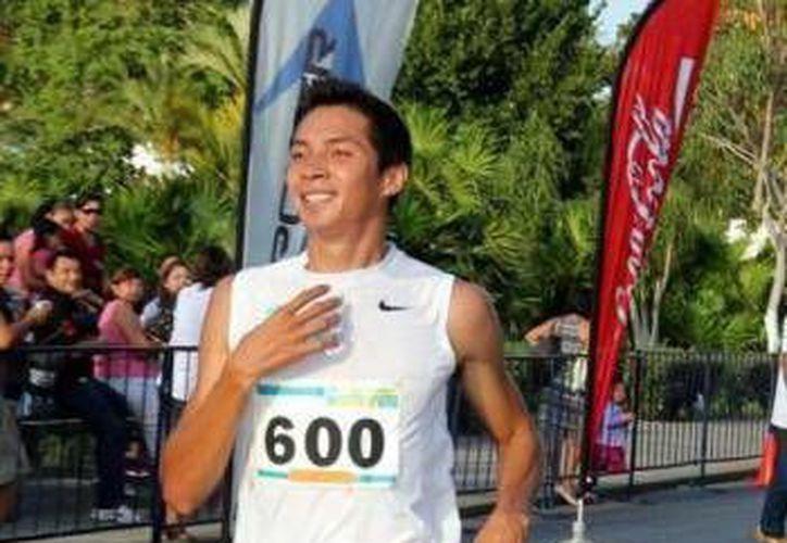 """Irving Villa Alonso se llevo los honores  de la Carrera Atlética """"por los caminos del Sur"""", la cual se realizó  entre los  municipios de Ticul y Santa Elena. (Milenio Novedades)"""