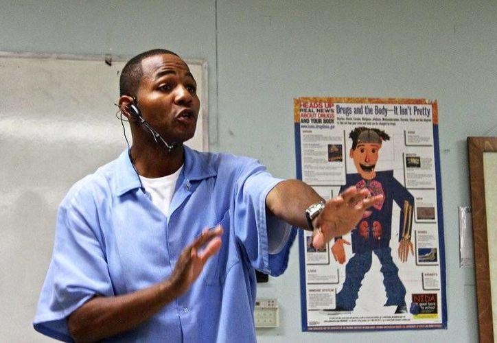 Desde prisión, Curtis Carroll enseña a un grupo de reclusos los principios financieros básicos y cómo invertir en bolsa. (npr.org)
