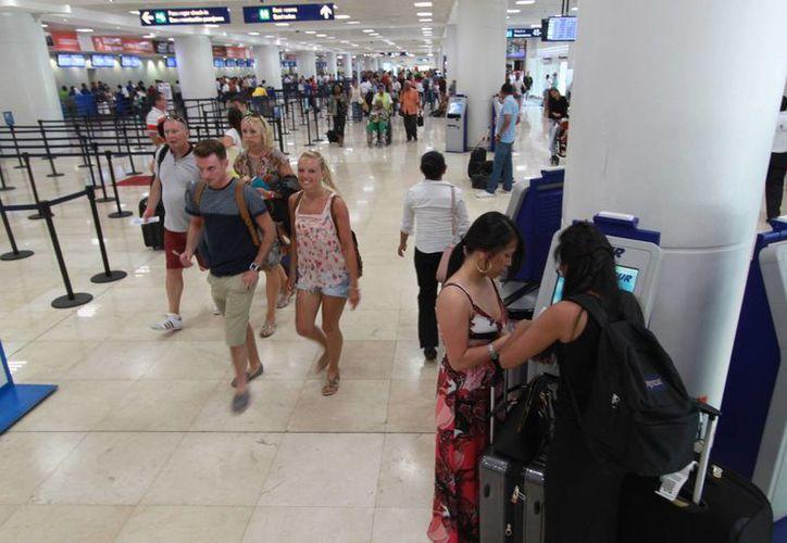 Aumenta la llegada de turistas en el aeropuerto. (Israel Leal/SIPSE)