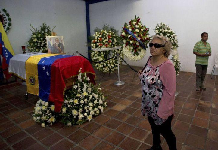 Una mujer se encuentra cerca del ataúd que contiene el cuerpo del fallecido expresidente de Venezuela Jaime Lusinchi. (Agencias)