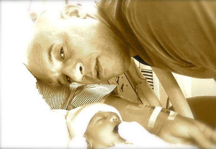 Vin Diesel compartió en su cuenta de Facebook esta imagen para celebrar el nacimiento de su tercer hijo. (Facebook)