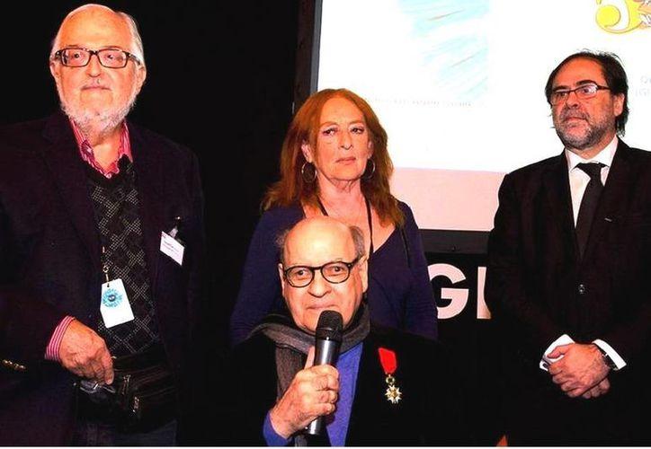 La condecoración a Quino (c) se enmarcó en la celebración del Salón del Libro de París, que tiene a Argentina como país invitado de honor. (telam.com.ar)