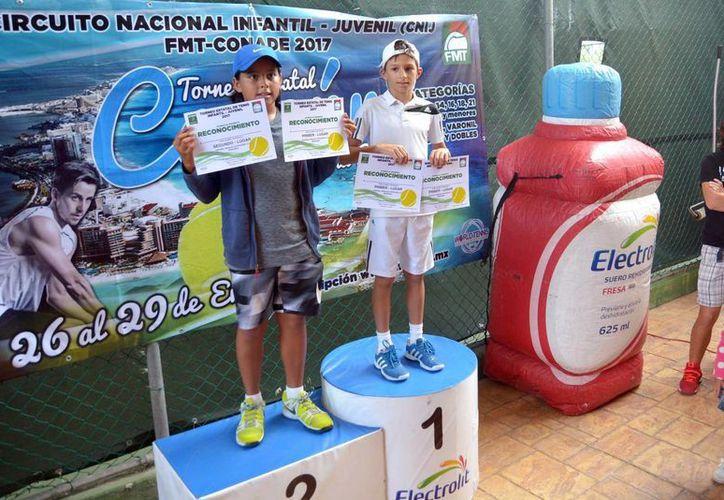 En la final de 12 y menores varonil, Pablo Segura superó 6-0 y 6-1 a Ian Solís. (Raúl Caballero/SIPSE)