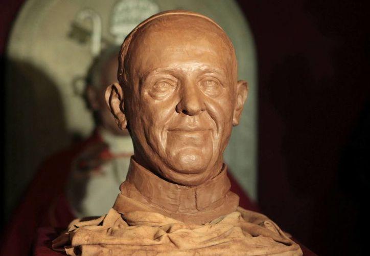 El Museo de Cera presentó hoy el busto de arcilla del Papa Francisco, como paso previo a la realización de la escultura completa en cera. (EFE)