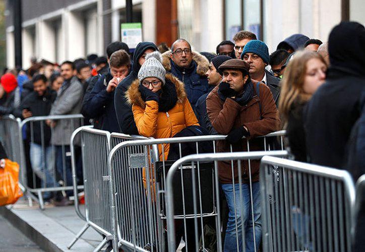 Largas filas de compradores se registraron el pasado viernes al rededor del mundo, para ser de los primeros en comprar el nuevo modelo de iPhone. (Foto: RT)