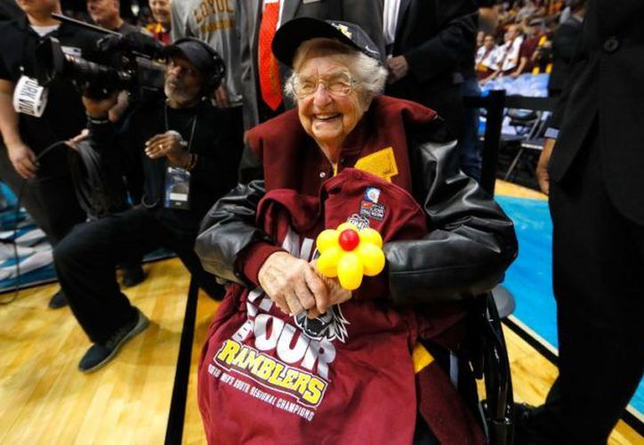 La monja Jean Dolores Schmidt es la seguidora número uno de los Ramblers de la Universidad de Loyola, en Chicago. (Foto: France Presse)