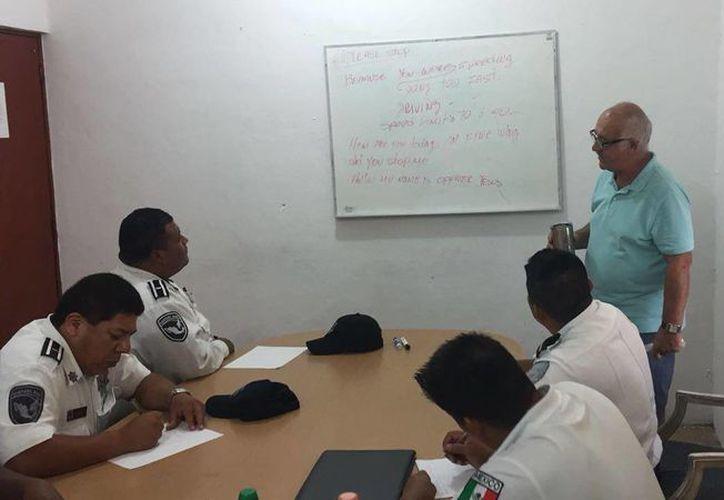 Los cursos que imparte el personal de la Casa Consular han sido elaborados para que los policías de tránsito y preventivos. (Redacción/SIPSE)