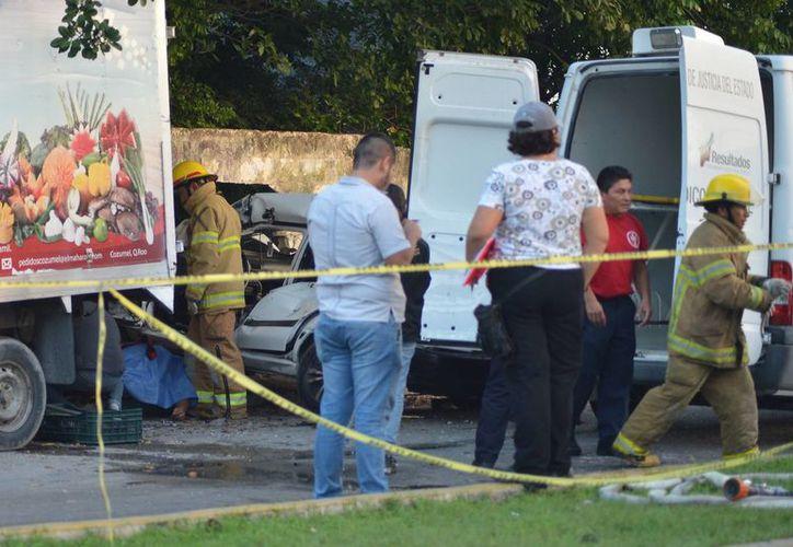 Un joven conductor falleció tras chocar contra una camioneta estacionada en Cozumel. (Gustavo Villegas/SIPSE)