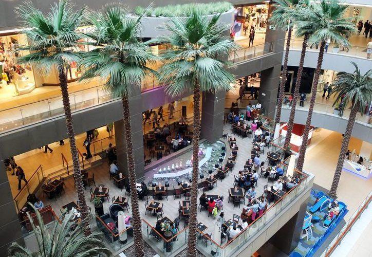 Fotografía que muestra una parte del centro comercial Costanera Center, en Santiago. (EFE)