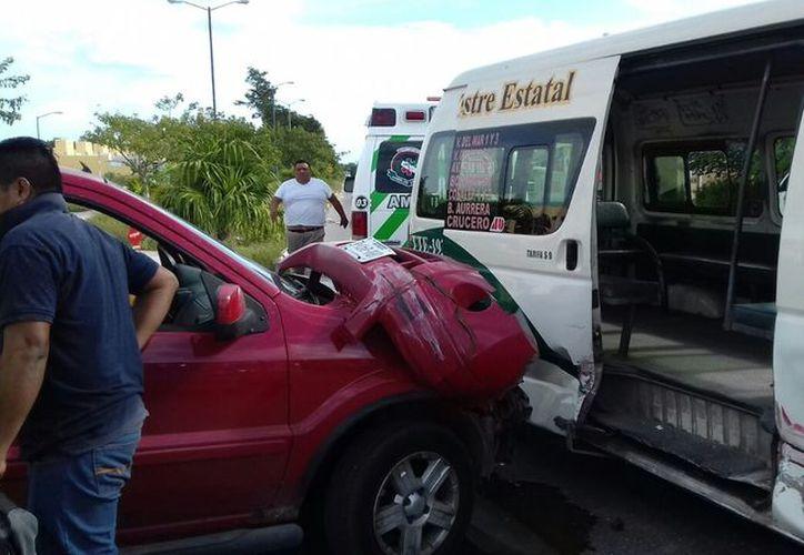 El accidente se registró en el cruce de la avenida Tréboles, con la primera privada de Petunias, en la Región 248. (Redacción)