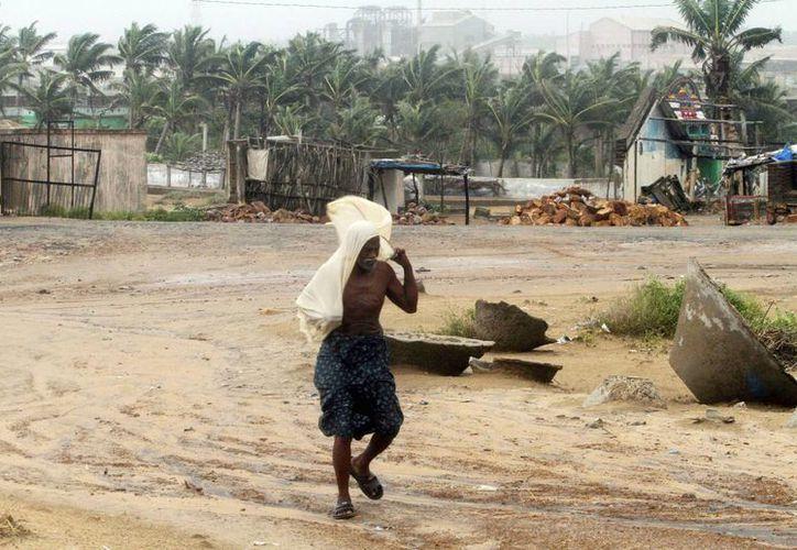 El ciclón Hudhud causa vientos muy severos en algunas regiones de la India. (EFE)
