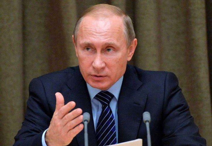 El presidente de Rusia, Vladimir Putin, este miércoles tras una reunión con los presidentes de las federaciones deportivas. Un reporte de la Wada acusa de dopaje generalizado a los atletas rusos de pista y campo, que podrían quedar fuera de los próximos Juegos Olímpicos. (AP)