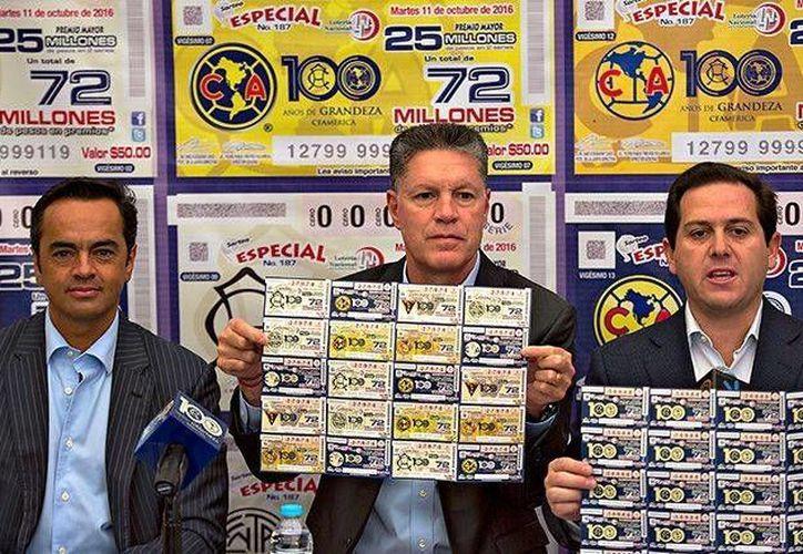 La Lotería Nacional presentó un billete alusivo a los cien años que el mes que viene cumplirá el club Águilas del América. (mexsport.com)