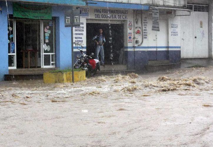 Desbordamiento del río Carneros, que atraviesa la popular colonia San Bruno en Xalapa. (Notimex)