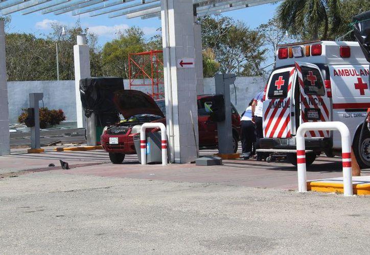 Al lugar arribaron paramédicos para atender a los pasajeros de la camioneta de la occisa. (Foto: Redacción)