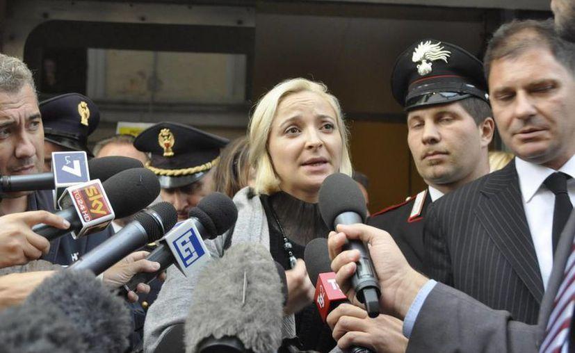 Domnica Cemortan habla con los medios de comunicación tras testificar en el juicio contra Francesco Schettino. (EFE)