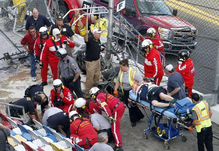 Varias piezas grandes del vehículo de Larson cayeron en las gradas hiriendo a varios espectadores. (Agencias)