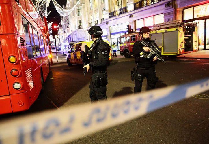 La policía de Londres está respondiendo al incidente como si se tratara de un incidente terrorista. (Liverpool Echo).