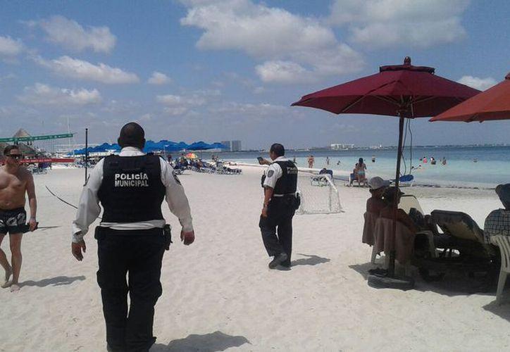 Los elementos policíacos realizan recorridos en la zona comercial y en las playas. (Cortesía)
