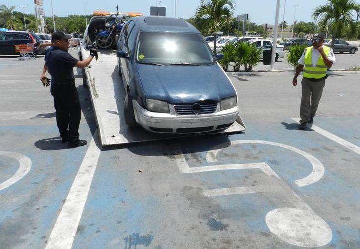 El resultado del operativo fue de 21 automovilistas infraccionados por ocupar cajones para personas discapacitadas. (Redacción/SIPSE)