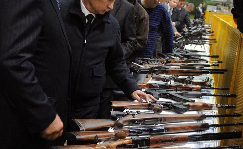 Vladimir Putin presentó el prototipo del fusil, que podrá realizar tres disparos en un solo tiro. (Agencias)