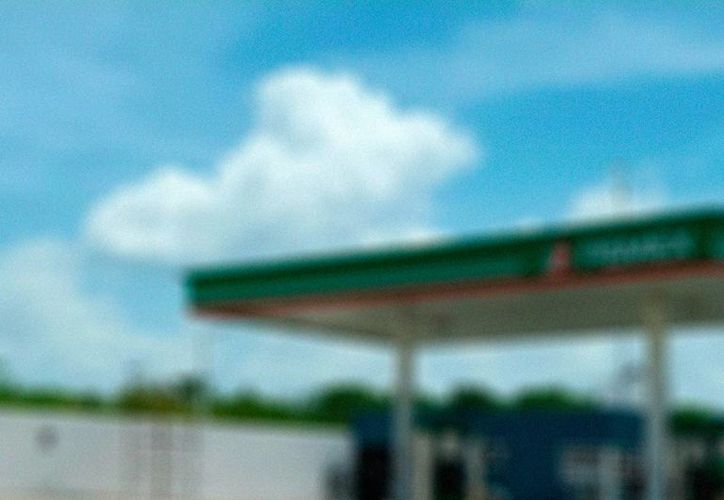 Viajeros que pasaron a cargar gasolina a una estación de servicio, en la carretera a Celestún, 'aprovecharon' la hora (madrugada) para asaltar al despachador. (Milenio Novedades)