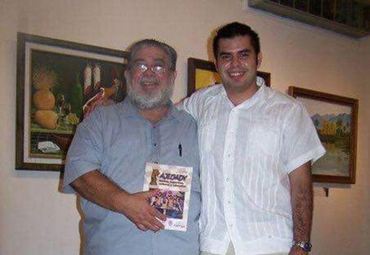 Imagen del físico Alejandro Preve Castro acompañado de un joven. (Milenio Novedades)