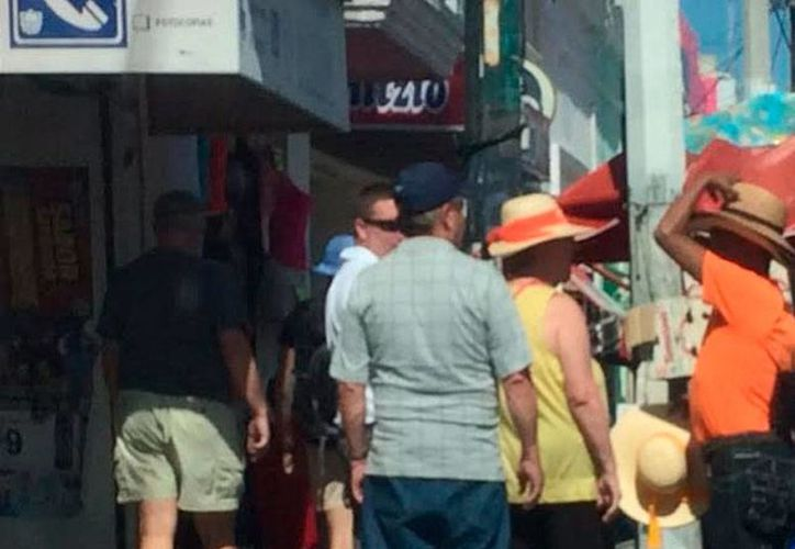 Turistas que arribaron este martes al puerto invadieron el malecón; sin embargo, los comerciantes y restauranteros reportaron bajas ventas. Entre enero y octubre de este año, han llegado vía crucero más de 230 mil visitantes. (Óscar Pérez/SIPSE)