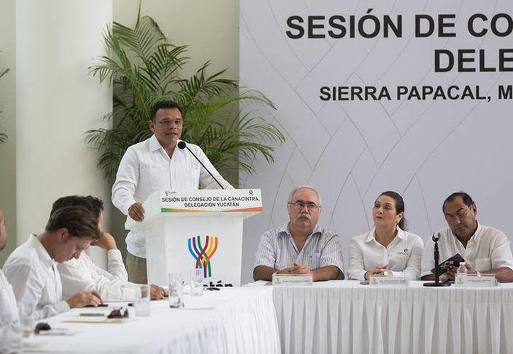 Ayer lunes, el gobernador Rolando Zapata Bello acudió a la Sesión de Consejo de la Canacintra. (Facebook/Rolando Zapata Bello)