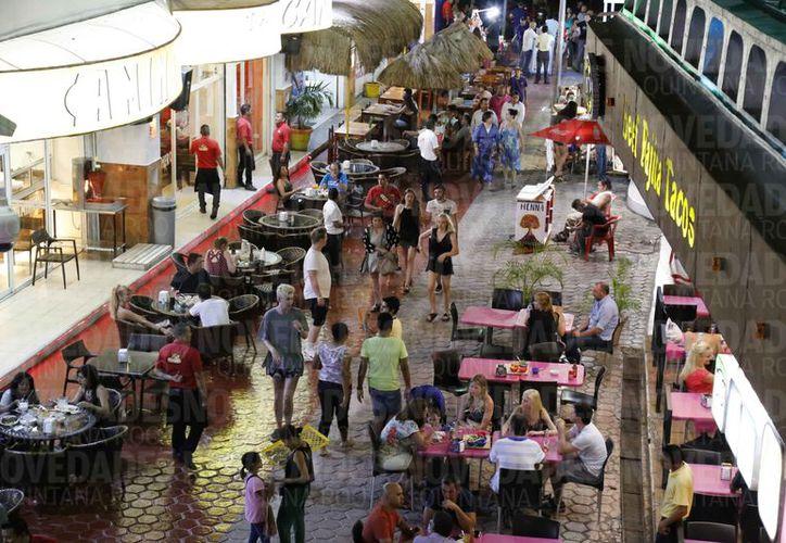 El área de bares de la zona hotelera de Cancún es uno de los puntos con mayor actividad de venta de drogas. (Jesús Tijerina/SIPSE)