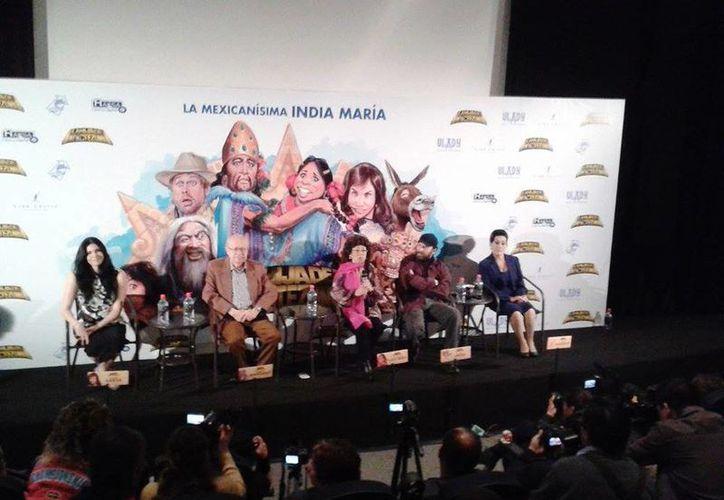 María Elena Velásco (c) presidió la presentación del filme con el cual regresa a la pantalla grande. (Facebook/La Hija de Moctezuma)