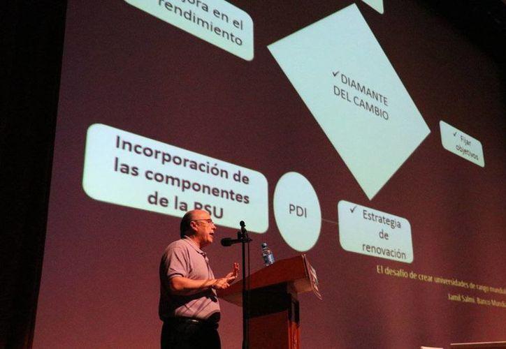 El Dr. Julio Rubio Oca externó que ante los nuevos contextos sociales, hay que transformar a la universidad incorporando enfoques interdisciplinarios. (cgci.uady.mx)