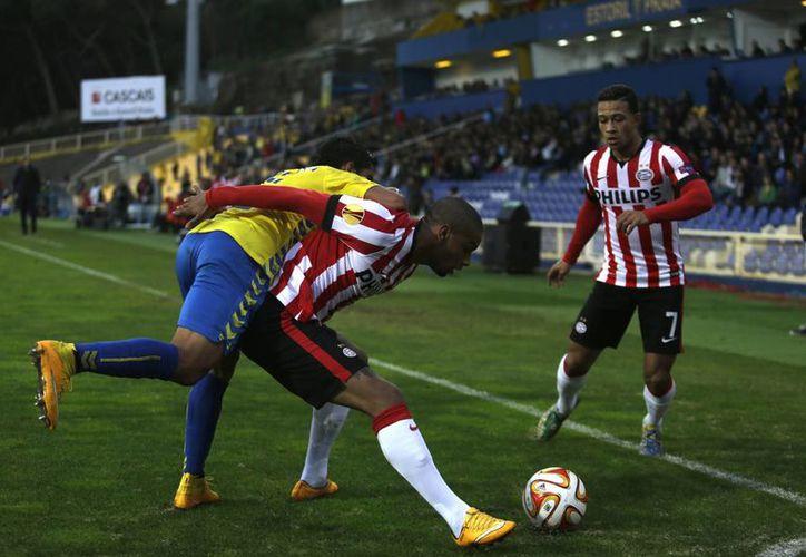 Luciano Narsingh (c), del PSV, y Memphis Depay (d), en acción contra Anderson Luiz, del Estoril, durante el partido de Europa  League que terminó 3-3. (Foto: AP)