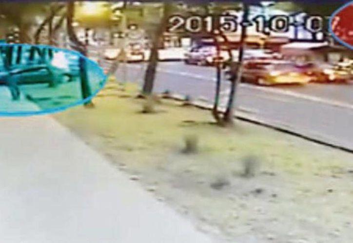 Las cámaras de vigilancia captaron la llegada de la víctima a su local y 7 minutos después se reportó la salida de dos personas que se llevaron el vehículo del yucateco. (Milenio Novedades)
